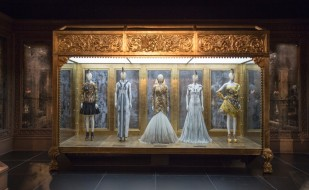 3._installation_view_of_romantic_gothic_gallery_alexander_mcqueen_savage_beauty_at_the_va_c_victoria_and_albert_museum_london_0