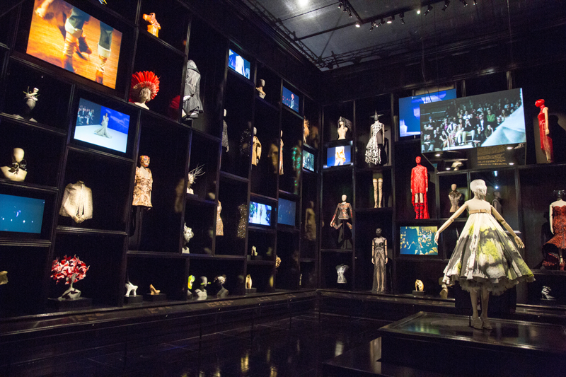 6._installation_view_of__cabinet_of_curiosities_gallery_alexander_mcqueen_savage_beauty_at_the_va_c_victoria_and_albert_museum_london_1